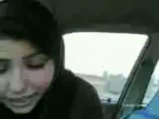 Arab tyttö swallows kumulat sisään the auto video-