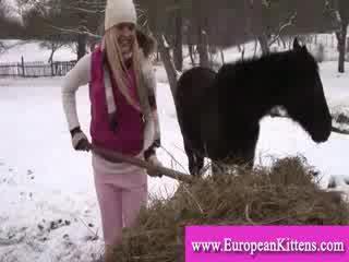 महिला pleasing स्वयं में the stables साथ एक खिलौना