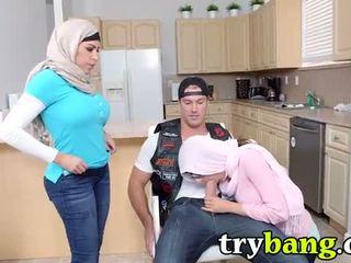 falešné kozy, velká prsa, arab