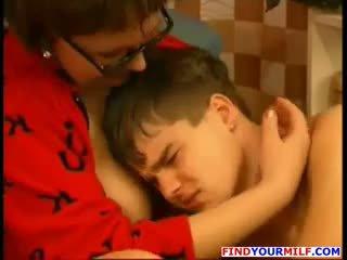 Ruský puma svést ji dospívající syn