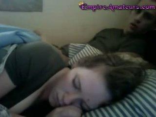 দোলানো এটা যখন সে sleeps till তিনি cums উপর তার fa