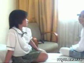 Two тийн лесбийки азиатки момичета чукане около