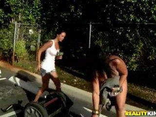 Vet bips rijden segway completely naakt