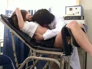 Gadis sekolah misused oleh gynecologist