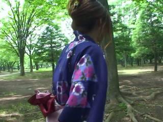 Caliente geisha en uniforme sucks polla en la toilets