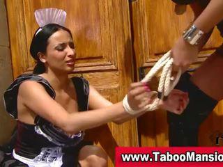 Lesbo dominatrix spanks karstās istabene
