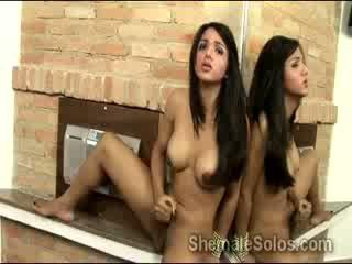 Vies tranny drikinha lima wanks haar schlong in voorzijde van spiegel