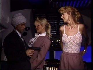 Arab ontmoeten two heet stewardess en neuken beide van hen terwijl in lucht planes