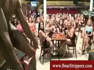 Ubrane kobiety i nadzy mężczyźni seksowne stripper kutas impreza