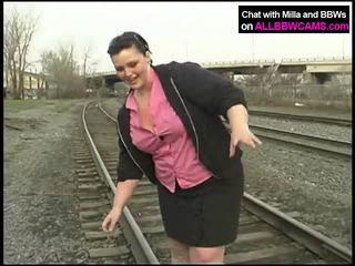 Gemuk putri gets telanjang di railway