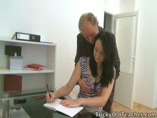 Tiffany itu pelajar putri gives cara untuk dia teacher's advances