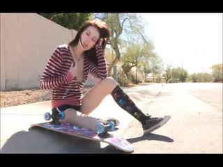 Aiden onto the iela skateboarding un izģērbtas bare