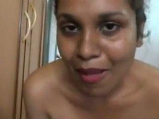 Aunty bading i foran av den camera og massing henne stor rumpe
