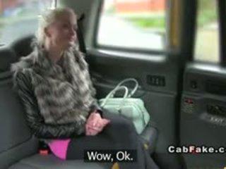 Грудаста фінська білявка bangs в taxi