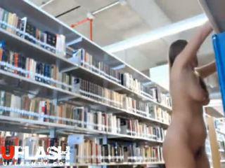 Bira oryantal içinde sarılı kütüphane akrobatik tugjob üzerinde yoğunlaşıyor