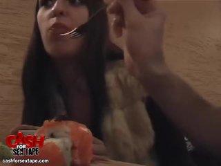 Chick sucks lul in een sushi bar restroom video-