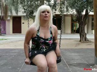 Susana se masturba bir escondidas en un parque público