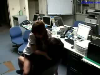 Kantoor dame getting haar poesje geneukt finishing met hand sperma naar hand in de kantoor
