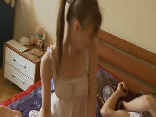 מזיין עם פאר breasty נערה