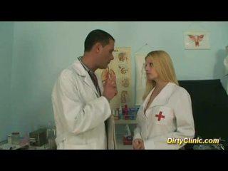 Heet rondborstig blondine verpleegster rides lul zoals gek