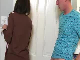 Mamuśka convinces laska do ssać kutas z jej