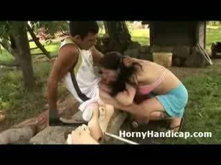 Sừng handicap gets sucked và fucks một sừng bé outdoors