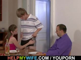 Jāšanās jauns sieva par the tabula par nauda