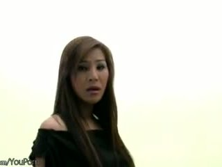 Hårete thai ts modell i svart undertøy strokes henne ladystick