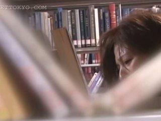 Tempting asiatisk cutie kuse teased opp skjørtet i den bibliotek