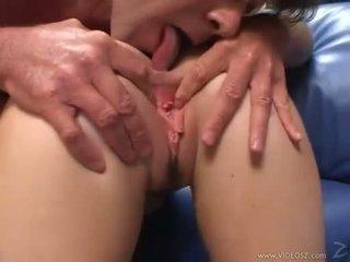 Elizabeth lawrence gets henne stram litt rumpe knullet mens being fingered
