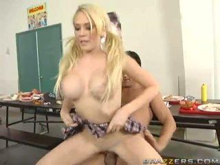 Veliko oprsje blondinke prasica getting pounded