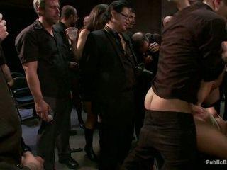 Pakaļa fucked uz priekšējais no the crowd
