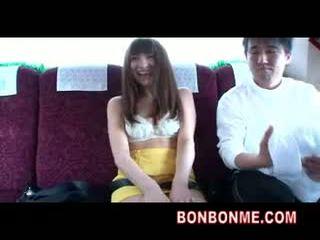 Bus serveerster gives passenger afrukken en pijpen