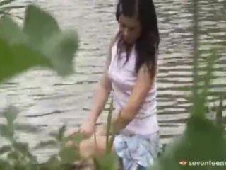 Juridiske alder teenagerage jente inside den båt