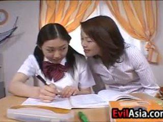 Lesbain aziāti schoolgirls skūpstošie