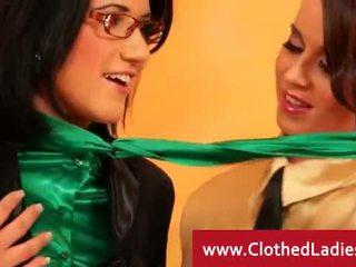 Spex lesbianss getting ekscentriskas uz a divāns