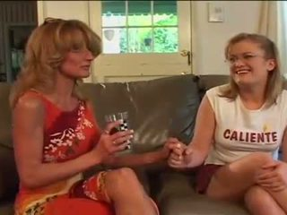 Groot domoren lesbisch oma sharing filthy dildo met jong babe
