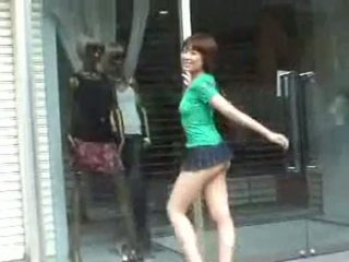 Pechugona hoe en mini falda en público