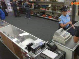 مفلس شرطة ضابط pawns لها stuff و nailed إلى كسب نقد