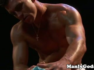 Closeup gay rimming con muscular pareja