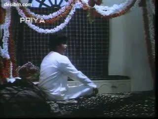 Desi suhaag raat masala video- a kuuma masala video- featuring guy unpacking hänen vaimo päällä ensimmäinen yö