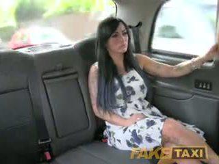 Fake taxi seksikäs masseuse gets perseestä päällä auto bonnet