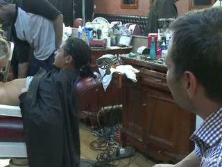 Sedikit barbershop dari perempuan cabul sebuah mencukur dan sebuah haircut two tetek