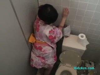 Aasialaiset tyttö sisään kimono perseestä alkaen takana kumulat kohteeseen perse sisään the toilette