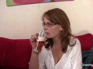 Drunken mama gets haar kut geboord