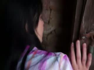 Innocent modèle gets dur pétée en vieux cellar