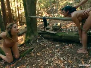 Tied upp chanel preston has henne brun tunnel bumped i en skogs