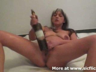 Brutális öklözés és bor bottles csinál neki spriccelés