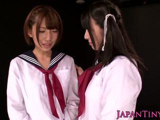 Klein aziatisch schoolgirls geniet lesbisch liefde met squirting