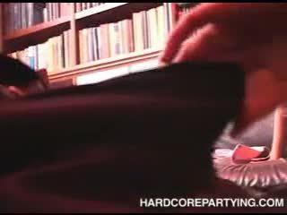 Seks orgie in bibliotheek met jong meisjes zuigen lul en geneukt hard